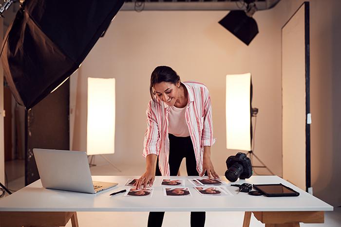 female photographer, photos, laptop, studio, light